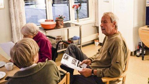 Populær: Odd Normann Baugerud var med i Skjærgårdskoret i en del år, men sier han mistet motivasjonen der. Men gleden av å synge er ikke borte. Så nå synges det flere ganger i uka på Hjemsengveien 15. Foto: Richard Sundby