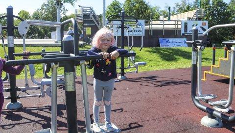 Koser seg i sola: Matilda har sommerferie på Tjøme. Hun skulle gjerne hatt en like fin lekepark hjemme i Hole.