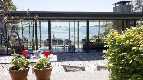 UTSIKT TVERS GJENNOM: En av favoritthyttene til arkitekt Løken er tegnet av arkitekt Einar Hagem, på sydspissen av Veierland. Foto: Håvard Solerød