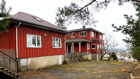 Dette er dagens bygningsmasse på eiendommen. Et anneks og en større hytte.
