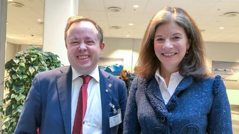 JUBEL: Ordfører Robin Kåss og ekspertutvalgets leder Ingrid Riddervold Lorange.