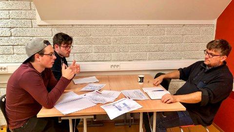 SPØRSMÅL OG SVAR: Audun Theie (25) fra Porsgrunn og Adrian Bergflødt (23) fra Lier, begge bachelorstudenter innen informatikk og automatisering på Kjølnes, fikk 15 minutter med Morten Pedersen (lektor, USN, her representant for TS Group) for å få et dypere innblikk i problemstillingen bedriften søker hjelp til. – Det virket som en fantastisk bra oppgave, men vanskelig, oppsummerte studentene.