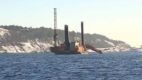 Denne sprengningsriggen skal nå flyttes fra Gamle Langesund til Kalvenløpet ved Stokkøya. Anleggsarbeidet er i forbindelse med prosjektet Innseiling Grenland som gjennom av Kystverket.