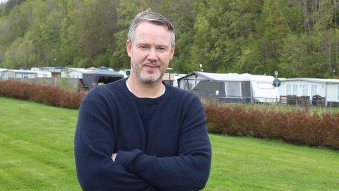 CAMPINGLIV: Rolf Kenneth Lønnberg driver Rognstranda Camping med plass til 230 campingvogner. Han har igangsatt en omregulering for å kunne utvikle campingplassen med flere tilbud og fasiliteter  til campingfolket.  Opp til 30. 000 personer besøker Rognstranda hver sesong.