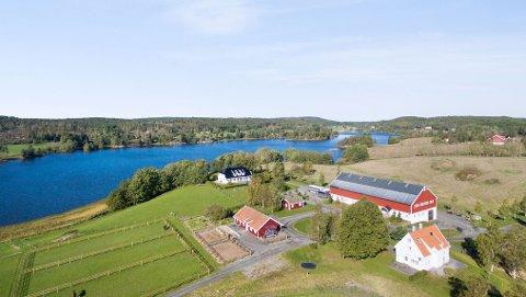 Drømmegård: Nedre Erthe gård har en herskapelig bygningsmasse og ligger naturskjønt til. Foto: Koppang Landbruksmegling.
