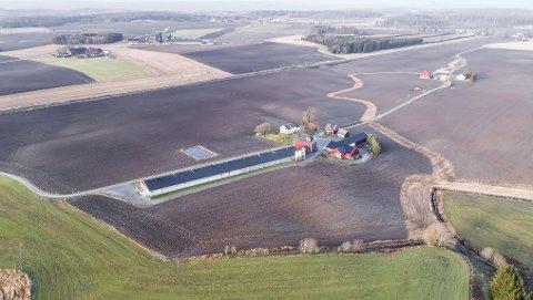 Solgt: Botten gård ligger mellom Rakkestad og Mysen, i Rakkestad kommune. Landbrukseiendommen har tre bolighus, et stort kyllinghus og flere andre gårdsbygninger og 594,4 dekar fulldyrka jord.