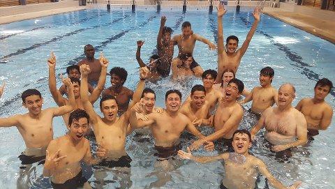 KJØRER KURS: Rana svømmeklubb tilbyr svømmeundervisning til enslige mindreårige og barn i asylmottak. Og oppmøtet er strålende. Foto: Lars Petter Konradsen