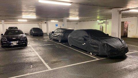 Her står de mystiske og innpakkede Porschene i parkeringshuset til Amfi i Mo i Rana.