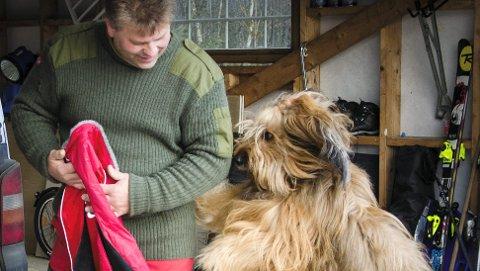 Søker på heltid: Stein Karstensen og hunden Aramis.
