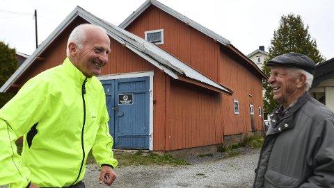 SKAL RIVES: Einar Melheim og Erik Stafsberg ved låven som skal rives i 2018. De blir kjempeglade om noen kan skaffe dem ny lagerplass. Foto: Jan Rune Bakkelund