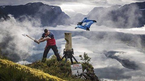Espen Fadnes flyr forbi Vebjørn Sønsteby i over 250 kilometer i timen, mens brøtningen hogger løs i Timbersports-øvelsen «Standing block chop»