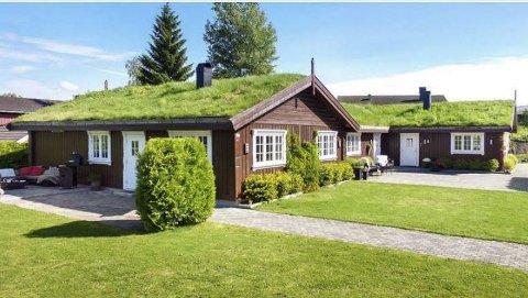 SPESIELT: Boligen i Nydal som ble solgt i april for 6,5 millioner kroner, har gress på taket og har belegningsstein på gårdsplassen.  Foto: Kim Rognmo