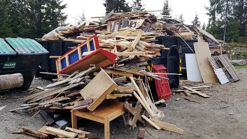 Det flyter over av søppel ved containerne ved Ljøsheim i Ringsaker.