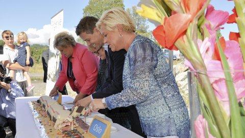 KAKELOVNAD: Ringeriksbanen er tidlig lovt og annonsert. Siv Jensen, Knut Arild Hareide, Erna Solberg og Trine Skei Grande møtte pressen en solrik dag på Sundøya i 2015. Foto: Beate Kold Hansen