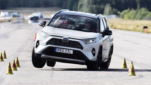 "Nye Toyota RAV4 overrasker i negativ retning, når bilen settes på prøve i Teknikens Världs ""Elgtest"". Foto: Teknikens Värld"
