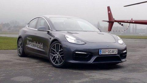 Her står en av verdens første Tesla Model 3 med bensinmotor. Selskapet Obrist Powertrain i Østerrike mener deres hybridløsning blir både bedre og billigere. Foto: Obrist Powertrain