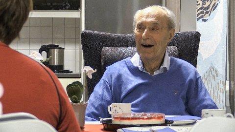 SMILANDE: Joachim Rønneberg var ved godt humør og smilet sat laust då han fekk besøk for å feire jubileet.FOTO: ALEKSANDER BÅTNES / NRK