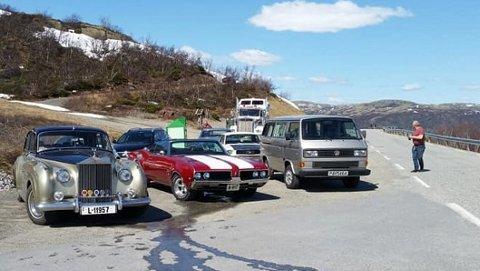 RUNDTUR: Tinns voksende veteranbilklubb dro på spontan rundtur over de to vinterstengte veiene til Buskerud lørdag. Nå er det nytt treff i Hovin.