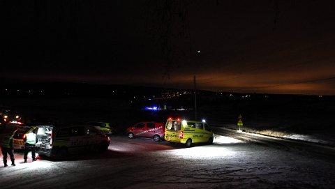 SAMLET: Redningsmannskapene er samlet ved Søndre Asak gård i Sørum. FOTO: LISBETH ANDRESEN