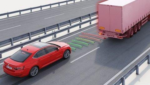 Nødbrems-systemet overvåker området foran bilen – og trår til hvis det registrerer fare for et sammenstøt.
