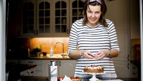 Erfaren debutant:  Elin Vatnar Nilsen er utdannet konditor og har sin grunnerfaring fra gulvet i den nå nedlagte familiebedriften Hjemmebakeriet på Jessheim. Denne faglige tyngden gjør at hun skiller fra andre matbloggere. Nå er hun ute med bok om grunnleggende baking. Foto: Tom Gustavsen