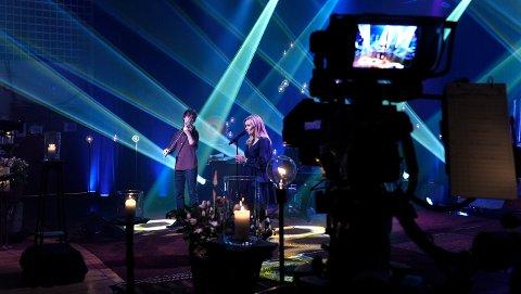 """Alexander Rybak bidro på låta """"Thank you"""" som Maiken Kroken fremførte på minnekonserten i Gjerdrum"""