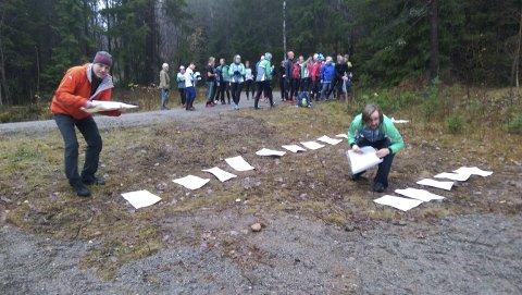 Snart start: Christian Schibsted (t.v.) og Vemund Rønneberg gjør klar kartene mens 40 spente løpere venter på å få starte.