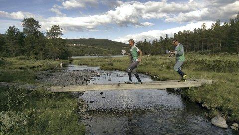 Hvem er det som tramper bak sin fru? Jo det er Øyvind Hansen hakk i hæl på sin kone Ida. Foto: Torgeir Strandhagen
