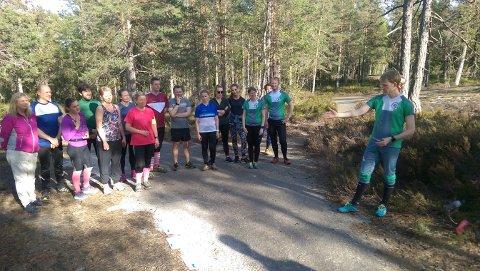 INFO: Knut Holth Rekaa (t.h.) informerer foran en av treningene til den nye voksengruppa.