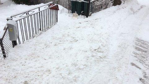 SLUTTET MED DETTE: Asker kommunes brøytemannskap la snøen på den andre siden av veien. Dermed slipper beboerne i Kongsdelveien i Sætre brøytekant.