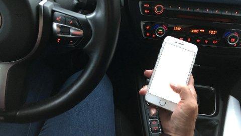 DÅRLIG KOMBINASJON: Sande-mannen fiklet med mobiltelefonen under kjøring, og var i tillegg påvirket av alkohol. (Illustrasjonsfoto)