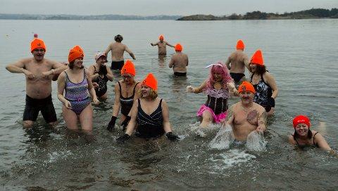 RENT VANN: For oss ifra Norge er rent, salt vann en selvfølge. Bor du midt inne i Sør-Polen er det en attraksjon. Det var en glad gjeng med badere på Vøra i helgen.