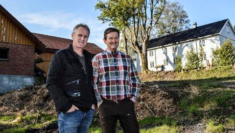 NYE EIERE: Kåre-Jan Johansen (t.v.) og Simon Hansen Elvestad betalte syv millioner kroner for den 11 mål store eiendommen Nedre Gokstad gård i august 2019. Bildet er tatt like etter overtakelsen.