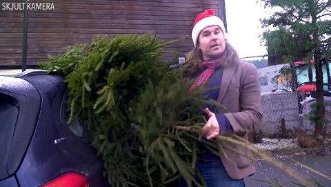 TI TRÆR: Edvard Gran dytta ti trær inn i direktør-broren Mortens bil i et av Grans jule-gjøn.