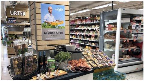 PÅ VEGGEN: Medeier og daglig leder i Bjertnæs & Hoel pryder plakatene i mange butikker, her fra Meny på Teie.