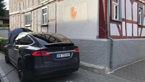 En litt for vanlig situasjon på turen: Teslaen parkert, og kabel på plass.