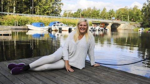 Idyll: Belinda Kilcline Abbott forelsket seg i Kornsjø og har arbeidet for bygda i en årrekke. Nå har hun bestemt seg for å selge Villa Kornsjø og flytte til Sarpsborg.