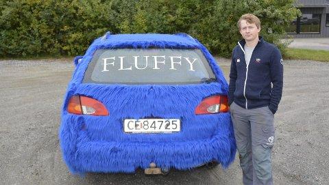 FLUFFY: Med langhåret pels måtte jo navnet på bilen bare bli Fluffy, Neste år blir det kanskje tur med en pelskledd combicamp på slep.