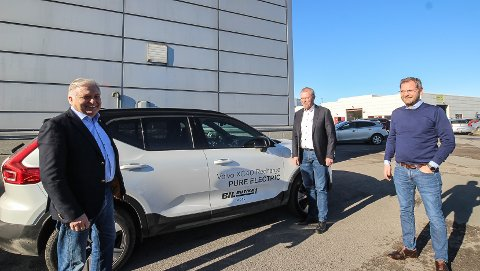 SUKSESS: Volvos helelektriske XC40 er blitt en knallsuksess i Norge. Nå varsler bilkonsernet at alle Volvos personbiler fra 2030 skal være helelektriske. Fra venstre eier av Bilbutikk1 Olav Breivik, daglig leder Tom Lindegaard og styreleder Morten Brønstad.