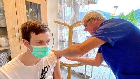 FØRSTE STIKK: Fartein Bøyum (20) får ein dose vaksine av sjukepleiar Albert Olaf Fedje.