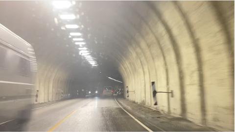 SKAL FIKSAST: Fjærlandstunnelen skal få ei oppgradering i november, mellom anna for å hindra is i vegbana om vinteren.
