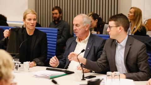 Stanley Wirak (Ap), flankert av Christine Sagen Helgø (H) og Ole Ueland (H), ga ikke etter for presset han står overfor i forhandlingene.