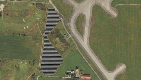 Slik vil solcelleparken til Avinor se ut fra luften. Den skal plasseres på flyplassens eiendom like ved golfbanen og klubbhuset til Sola golfklubb.