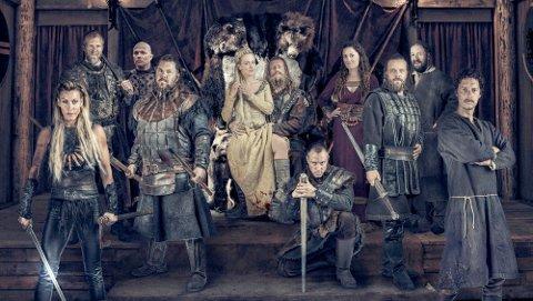 I midten av mai kan du treffa denne gjengen på Fossanmoen, når andre sesong av «Vikingane» skal spelast inn. (Foto: Viafilm)