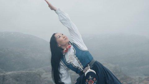 DANSANDE MODELL: På sundag prøvde Anne Siv Aasen seg som dansar i ein musikkvideo for første gong.