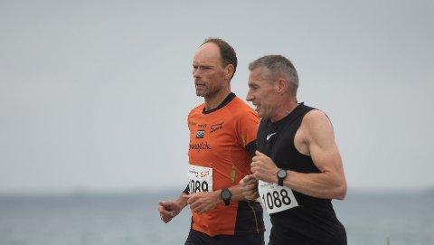 LOKAL DELTAKER: Svein Magne Løvås fra Jørpeland (til venstre) var en av flere lokale løpere i Solastranden halvmaraton.