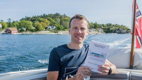 Eivind Torgersen fra Rjukan med et eksemplar av «Genier, sjarlataner og 50 bøtter med urin - historien om det periodiske system». Foto: Marius Morgan Haugen