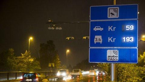 En ny rapport fra Transportøkonomisk institutt foreslår å fjerne bom- og bilavgifter til fordel for et nytt system for veiprising. Illustrasjonsbilde. Foto: Heiko Junge / NTB scanpix