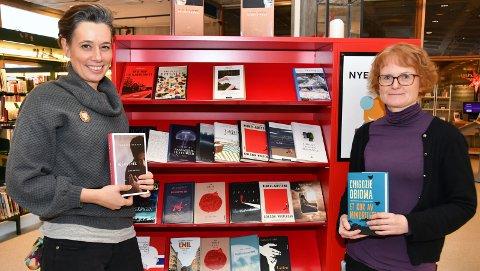 PLASTFRIE: Henriette Stoltz og Agnete M. Hafskjold ved hylla med nye bøker – alle uten plastomslag. FOTO: ANNE-LISE SURTEVJU