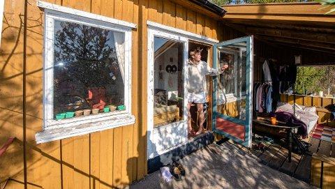 FLYTTET INN: Ingen brukte hytta ved årungen, det syntes Jacob Hoedeman (23) var dårlig ressursbruk og flyttet inn. Grunneier Ås kommune er lite begeistret. Foto:BONSAK HAMMERAAS
